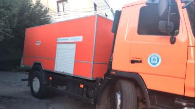 У Чернівцях машина водоканалу провалилась під землю – відео