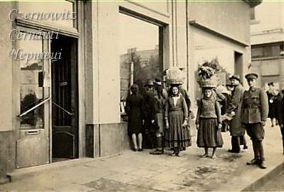 Невідома Буковина: як чернівецькі «швабки» носили на голові кошики з овочами і фруктами