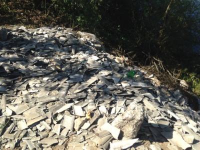 Біля річки на Буковині невідомі викинули купу битого шиферу - відео
