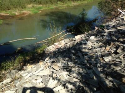 У реки на Буковине неизвестные выбросили кучу битого шифера - видео