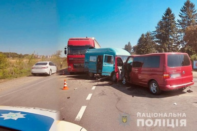 Водій фури з Буковини потрапив у потрійну ДТП біля Коломиї: троє постраждалих - фото