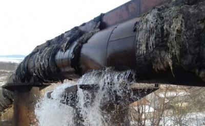 На водогоні поблизу Чернівців – масштабний прорив: вулицю села затопило водою – відео