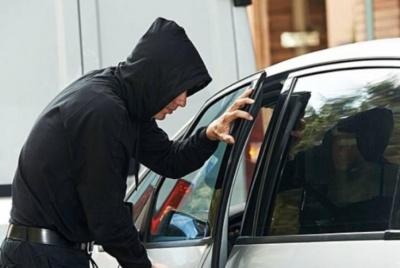 У Чернівцях 13-річний хлопець вкрав гроші й документи з автомобіля