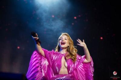 Тіна Кароль блиснула грудьми на концерті - фото