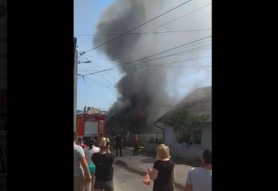 У Садгорі горить житловий будинок - відео