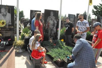 В Черновцах помолились и возложили цветы на могилы героев - фото