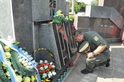 У Чернівцях помолилися і поклали квіти на могили героїв – фото