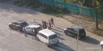 У Чернівцях у ДТП з трьома авто постраждали двоє людей – фото