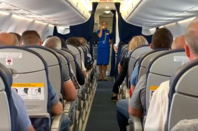 Стюардесса исполнила гимн Украины прямо во время полета