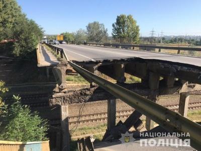 У Харкові обвалилася частина автомобільного мосту