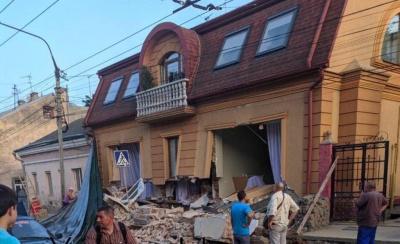 Посипалась стіна: у центрі Чернівців обвалився будинок – фото