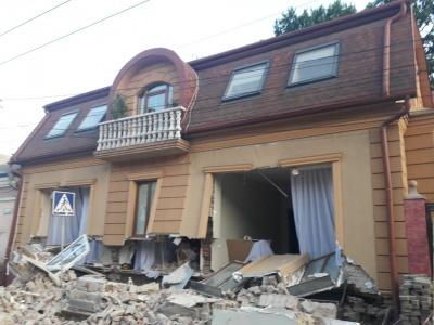 Обвал будинку в Чернівцях: будівлю підсилять і засипають траншею
