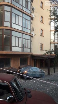 У Чернівцях частина балкону впала на легковик, розтрощивши заднє скло – фото