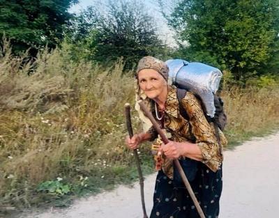 «Вона змогла»: бабуся з двома палицями пройшла 5-денний хресний хід