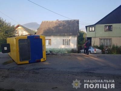 Маршрутка перекинулась після зіткнення з авто: 10 людей у лікарні