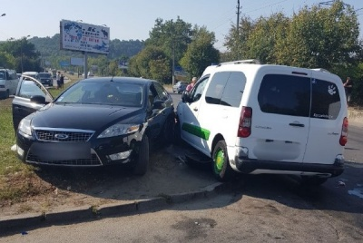 У Чернівцях зіткнулись легковик та мікроавтобус, двоє постраждалих