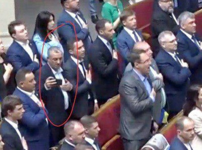 Нардеп з Чернівців під час гімну України робив селфі
