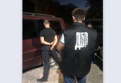 У Чернівцях під час збуту наркотиків затримали патрульного - фото