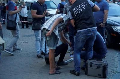 У центрі Чернівців ДБР затримало двох чоловіків – фото
