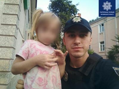 Гуляла містом о п'ятій ранку: патрульні у Чернівцях знайшли маленьку дівчинку