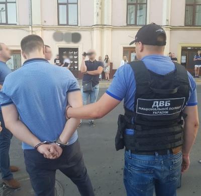 Затримання у центрі Чернівців: заарештований поліцейський раніше був співробітником прокуратури