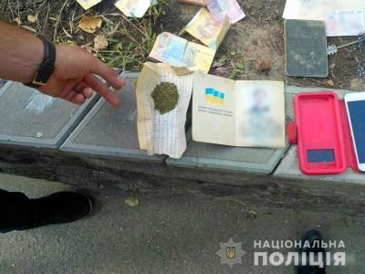 На Буковині в перехожого знайшли згорток із канабісом