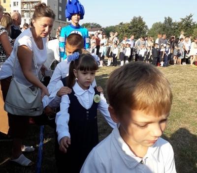 Замість святкової лінійки — аніматори: у школі у Чернівцях провели незвичне Перше вересня