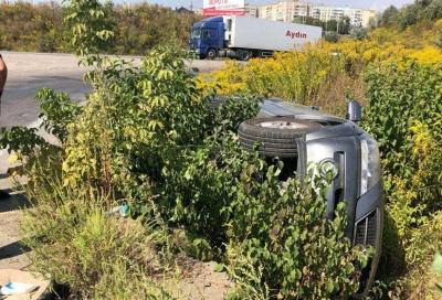 На об'їзній дорозі в Чернівцях авто злетіло в кювет – фото