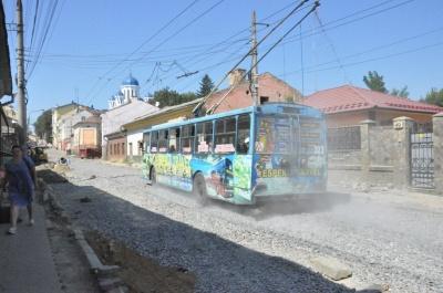 У Чернівцях на вулиці Руській відновили рух тролейбусів - фото