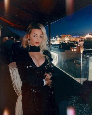 Аліна Гросу покрасувалася оголеними грудьми на вечірці в Москві