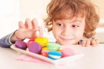 З якого віку дитині можна вперше давати солодощі