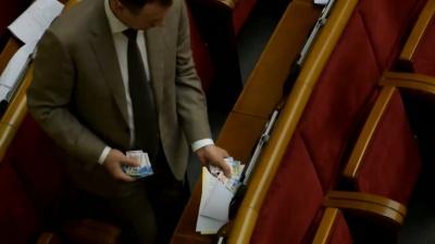 Старі звички: нардеп з Чернівців потрапив у скандал з картками депутатів