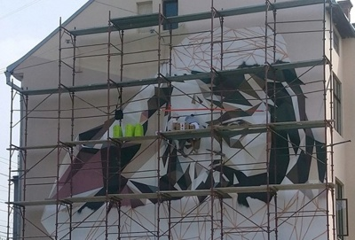 На фасаді будинку в Чернівцях створюють мурал із зображенням Миколайчука – фото