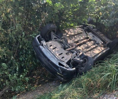 На Буковині авто зламалось під час руху і перекинулось - фото