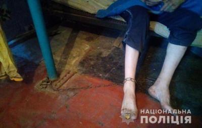 Поліція виявила 36-річного чоловіка, якого на ланцюзі тримала власна мати