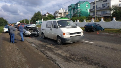 У Чернівцях легковик злетів у кювет внаслідок зіткнення двох авто
