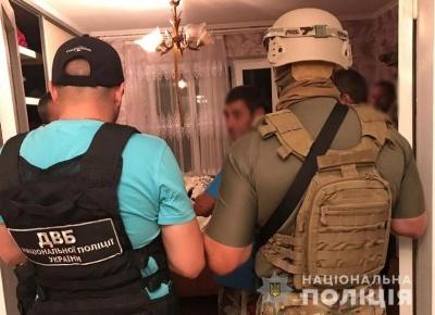 Поліцейського, якого в Чернівцях спіймали на продажі наркотиків, відпустили із СІЗО під заставу – ЗМІ
