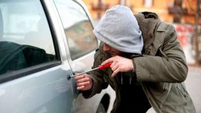 Четверо буковинців обікрали більше дюжини автомобілів у Чернівцях