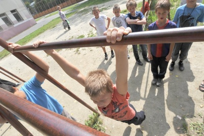 На Буковині школяр отримав важкі травми після падіння з перекладини