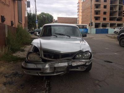 У Чернівцях п'яний водій «Волги» без документів врізався у Renault – фото