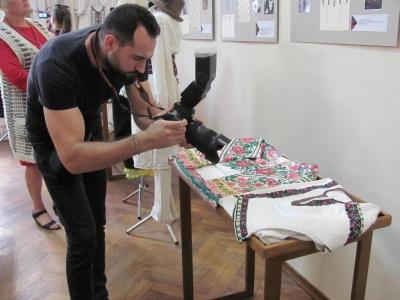 Старовинні вишиті сорочки та унікальні картини: у Чернівецькому художньому музеї відкрили виставку талановитої буковинки