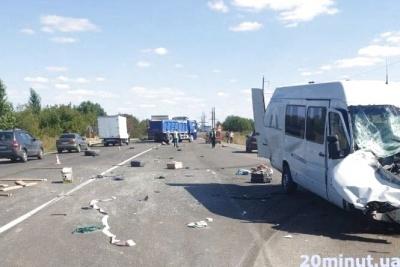 Мікроавтобус з Буковини врізався в фуру на Тернопільщині: троє жінок у важкому стані