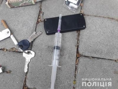 У Чернівцях поліцейські виявили чотирьох чоловіків із наркотиками в кишенях