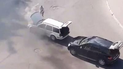 Пролунав вибух: у Чернівцях посеред вулиці запалало авто – відео