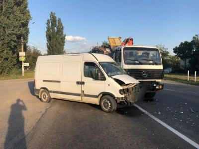 У Боянах зіткнулись мікроавтобус і вантажівка: без постраждалих