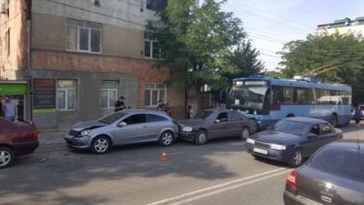 У Чернівцях водій тролейбуса порушив ПДР та спричинив аварію