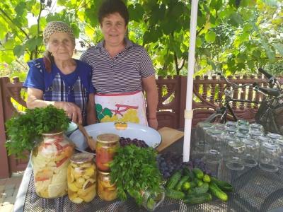«Пікантні огірочки й аджику люблять усі»: буковинка поділилася секретами смачних заготовок на зиму