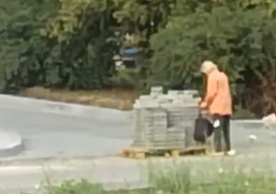 «По одній ховає в сумку»: в Чернівцях на проспекті невідома жінка поцупила бруківку - відео