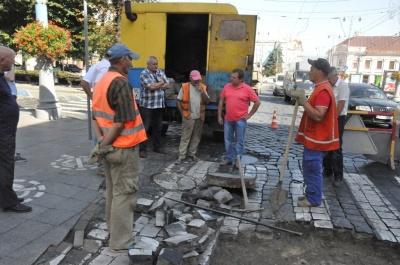 У центрі Чернівців частково обмежений рух транспорту через ремонт люків