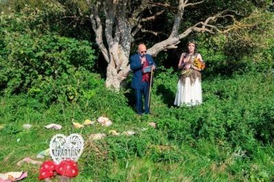 Британка вийшла заміж за дерево і хоче змінити своє прізвище